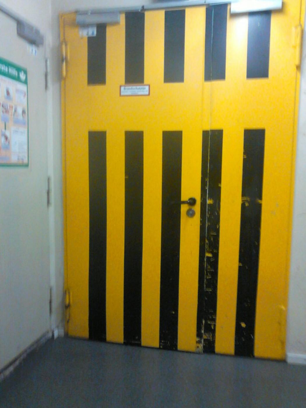 Hinter dieser Tür geht es zur Bühne
