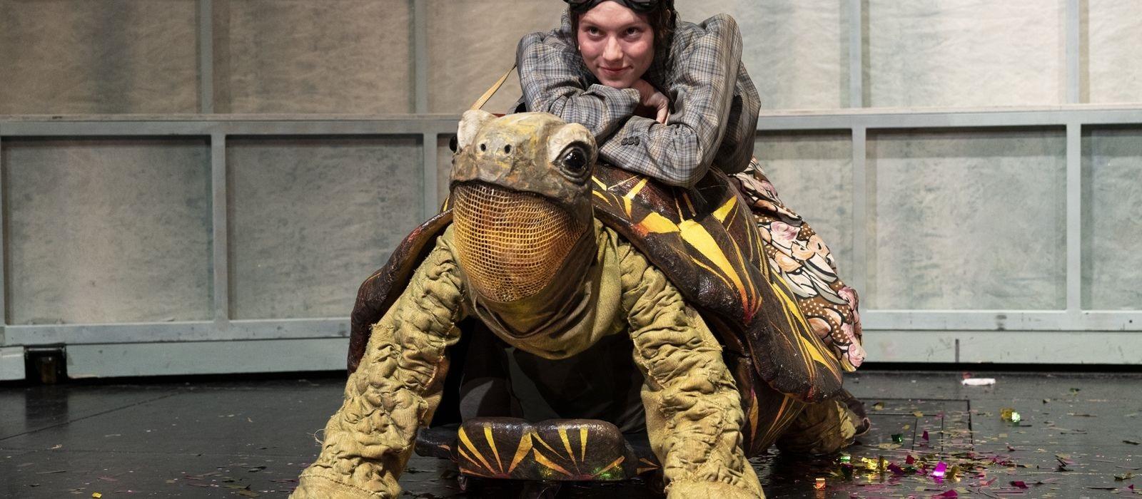 Theaterbuch MOMO auf der Schildkröte
